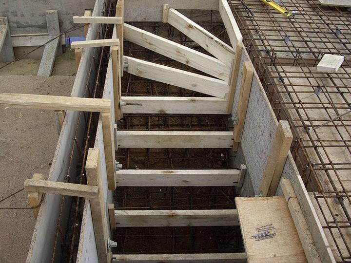 опалубка для бетонной лестницы