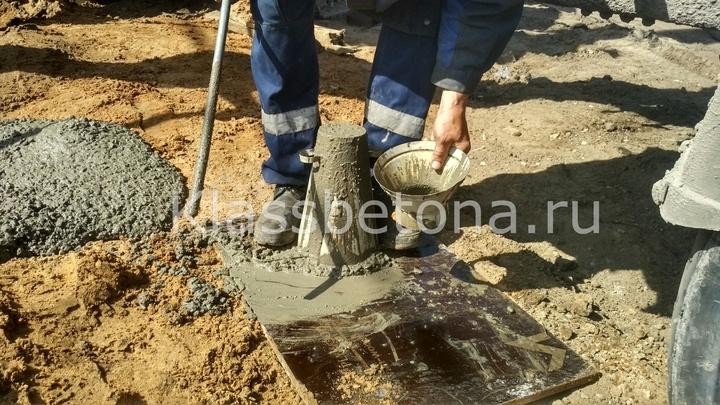 снятие излишков бетонной смеси в конусе абрамса