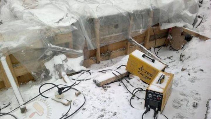 прогрев бетона при помощи сварочного аппарата и укрытия поверхности полиэтиленом