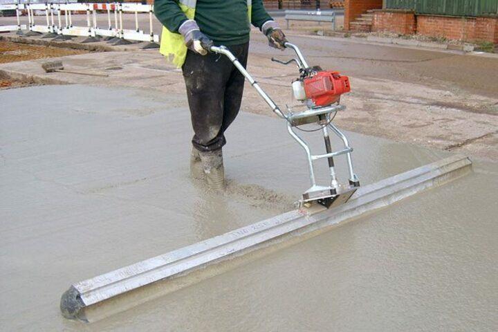 уплотнение бетонной смеси виброрейкой