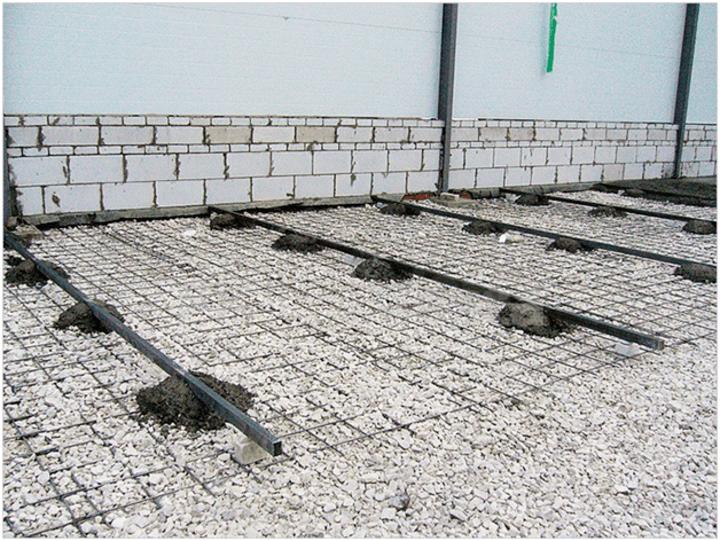 установка маяков направляющих для ровной заливки бетонной смеси для площадки авто