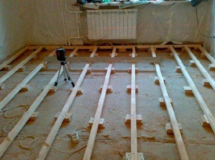 выравнивание лаг по бетонному полу с помощью лазерного уровня