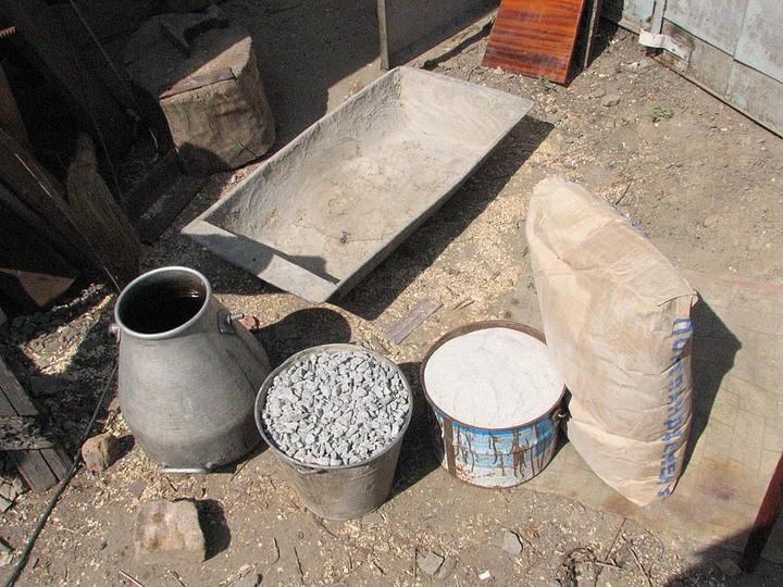 смешение компонентов бетонной смеси в домашних условиях