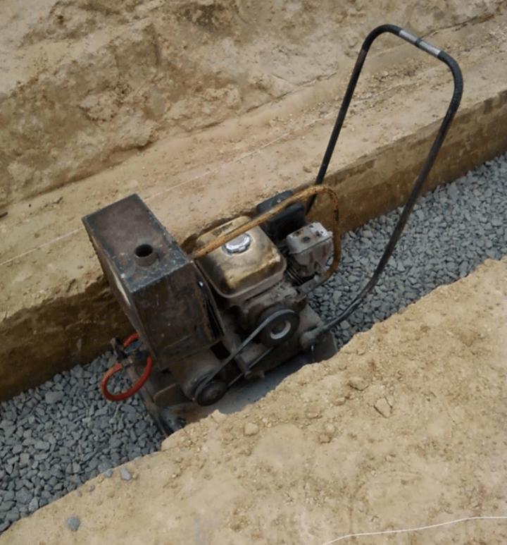 трамбовка щебня при устройстве бетонной подготовки под ленточный фундамент