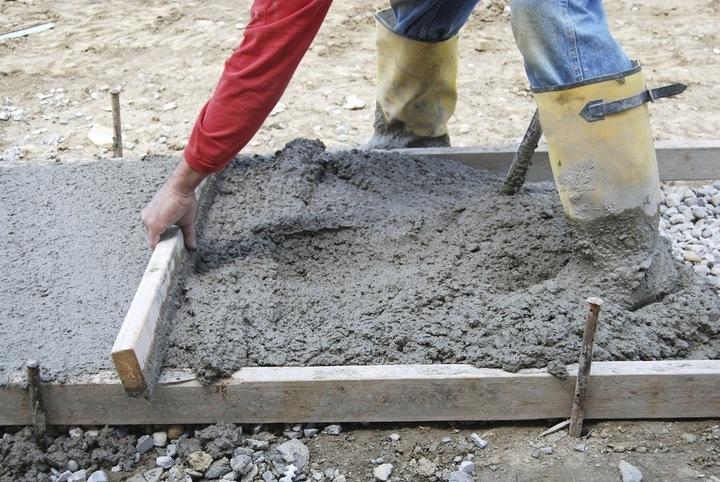 заливка бетонной подготовки под ленточный фундамент